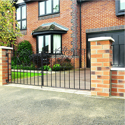 Wickes chelsea bow top steel driveway gate black 2438 x for Aluminum gates for driveways