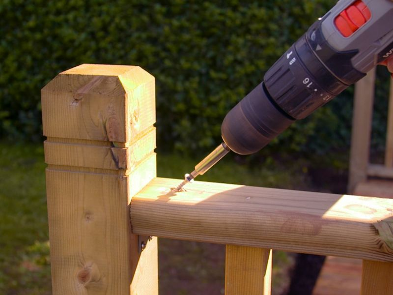 How to assemble a deck rail