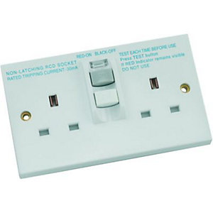 Wickes 13A Twin RCD Switched Socket - White