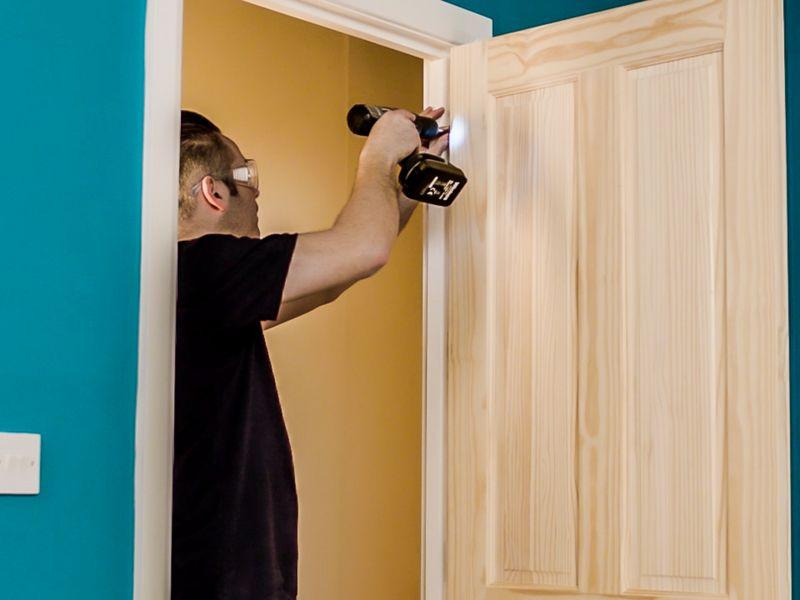 How to hang an internal door